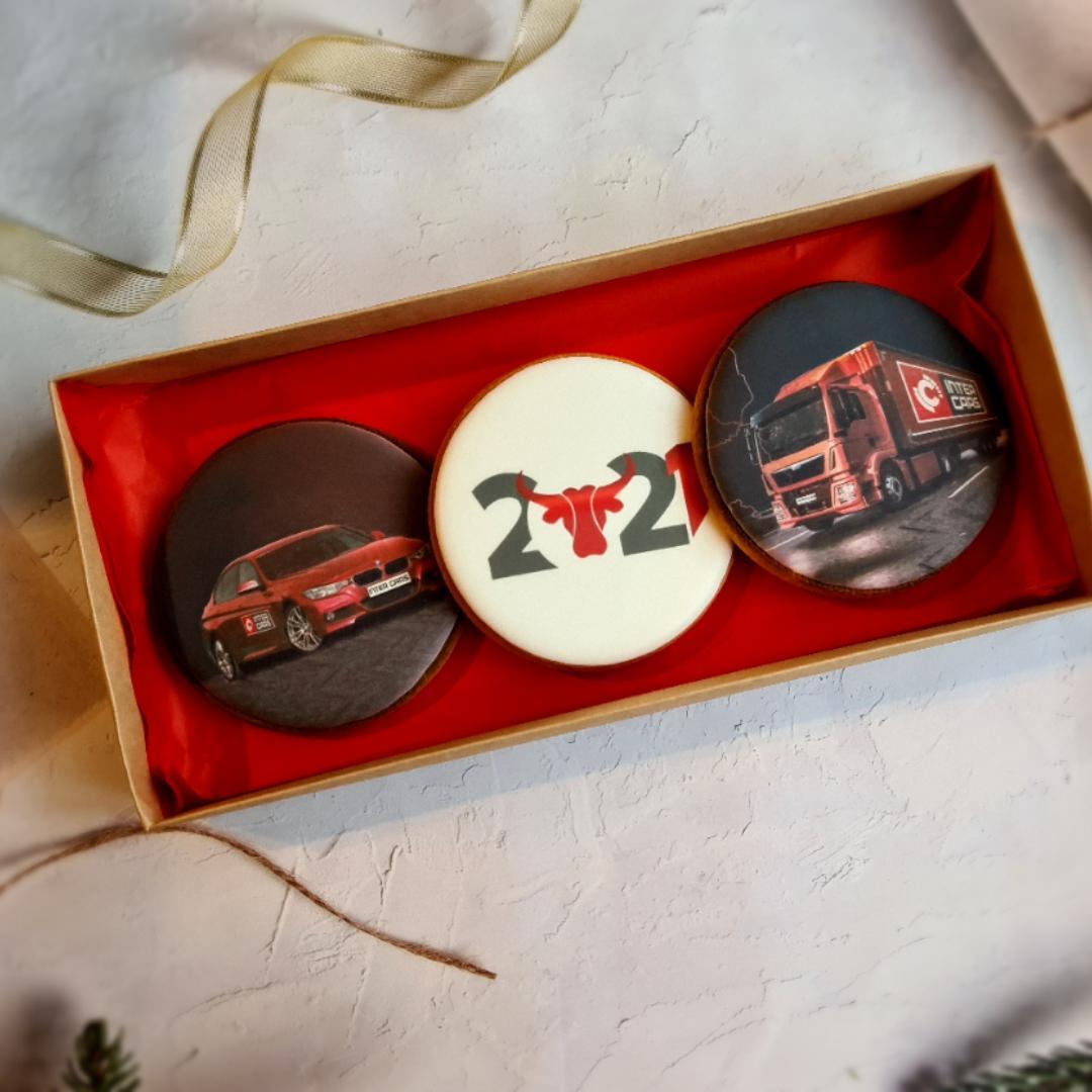 """Dekoruoti imbieriniai sausainiai """"Kalėdos"""" su įmonės logotipu"""