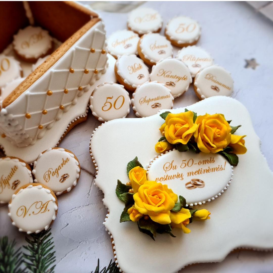 """Dekoruota imbierinių sausainių dėžutė """"Auksinės vestuvės"""""""